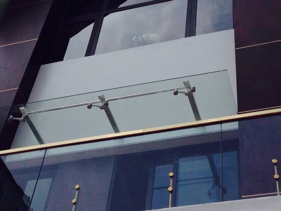 Mái kính được biết là một lựa chọn hoàn hảo để trang trí ngoại thất của các ngôi nhà hiện đại, sang trọng