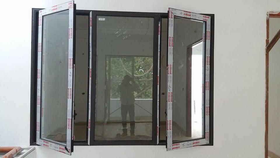 Nội thất nhôm kính được hiểu là những phụ kiện được cấu tạo trong một chiếc cửa nhôm kính